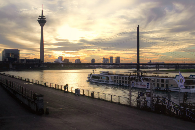 DUSSELDORF CITY GUIDE! >> Headed to Germany soon and looking for things to do in Dusseldorf? You're in the right place! Click through for a full travel guide to Dusseldorf.