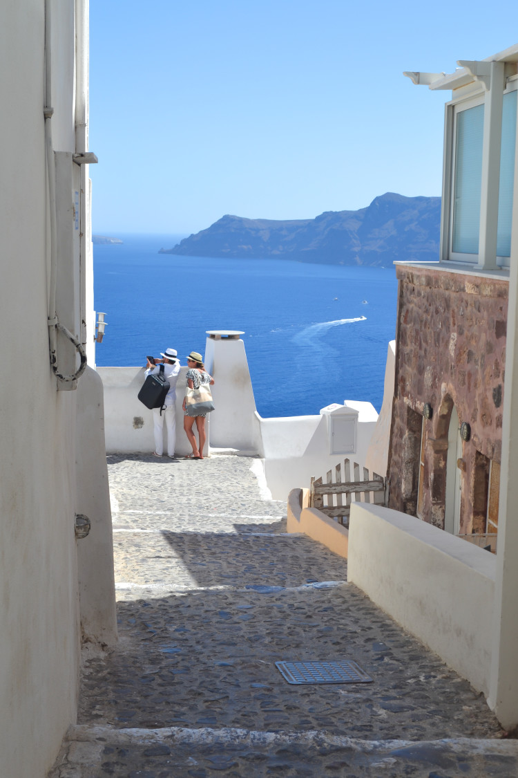 Heading to Greece soon? Make sure to spend at least three days in Santorini! Check out all the things to do in Santorini, what and where to eat, and how to make the most of your Santorini itinerary.