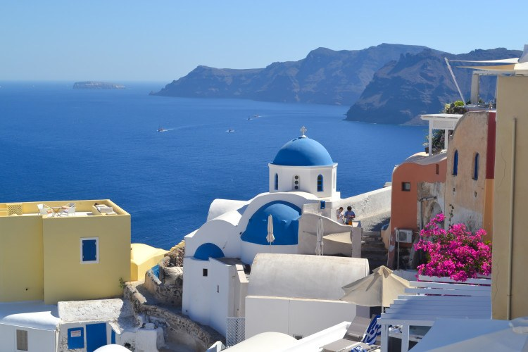 Heading to Greece soon? Make sure to spend at least three days in Santorini! This tiny island has so many things to do in Santorini! >> Best things to do, see, eat, and enjoy!
