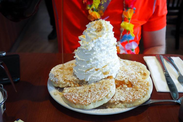 Where to Eat in Oahu: all those places to eat in Oahu that you need to put on your must-eat list! 25+ restaurants in Oahu, including breakfast, lunch/dinner, acai bowls, shave ice, and more!